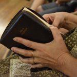 Fiéis participam de estudo da Bíblia