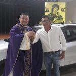 Ganhador do carro recebe chaves Peugeot Allure