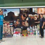 Devotos fazem doações de alimentos