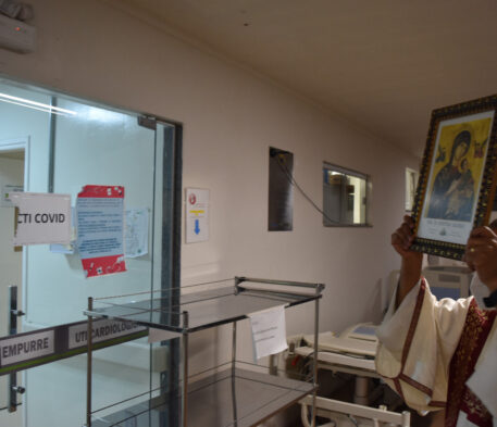 Bênção especial aos hospitais com ícone da Padroeira de MS
